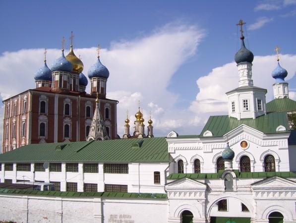 Hotel der Adligen vorne und Uspenskii Kathedrale hinten