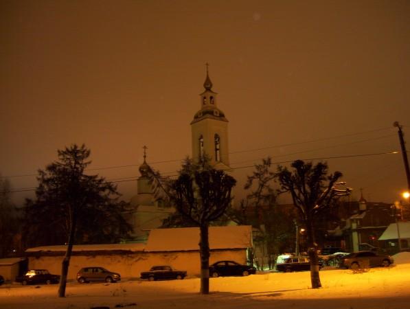 Lichtreflexionen von Straßenlaternen im Schneefall