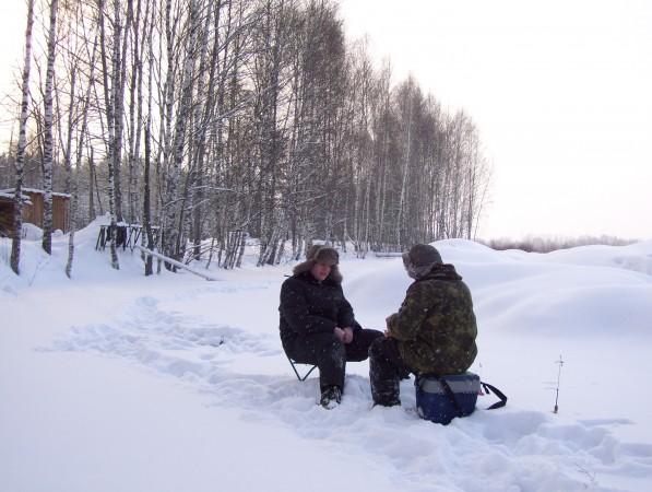 Volodja und ich beim Eisangeln auf dem See