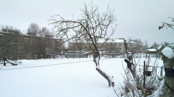 verschneiter Garten der Großeltern