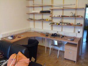 Schreibtisch mit Regal und Brüstungskanal