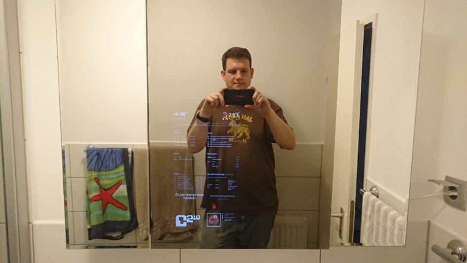 Frontalaufnahme vorm Spiegelschrank