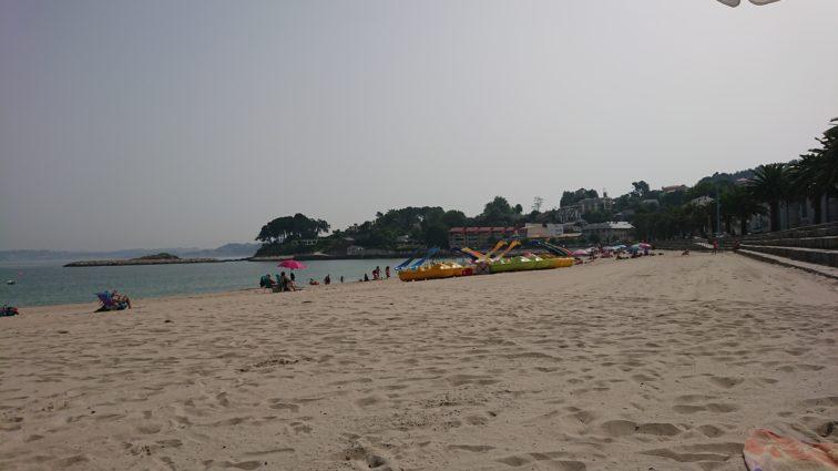 Strand mit Palmen und Tretboten