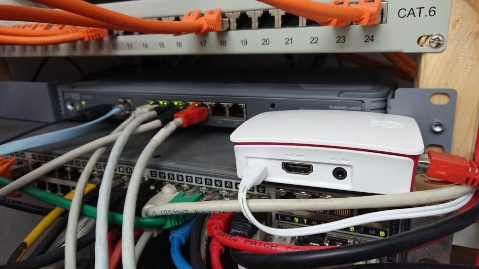 Raspberry Pi 3 B+ mit Raspbian als wireguard VPN Gateway an einer SRX300 Firewall angeschlossen.