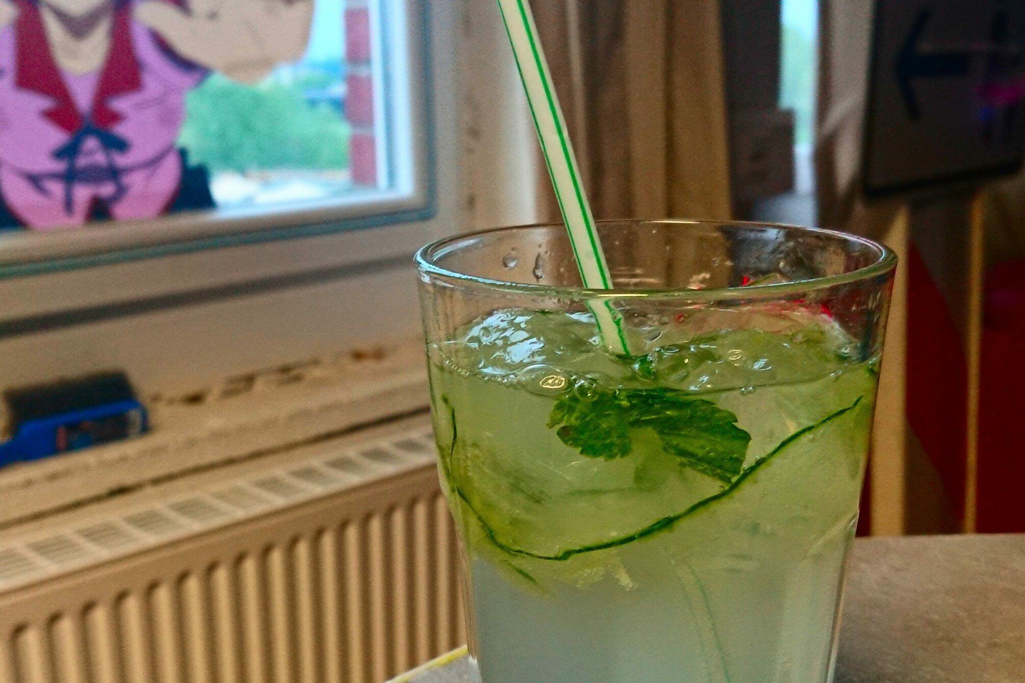 Cocktail mit Gurken und Strohalm