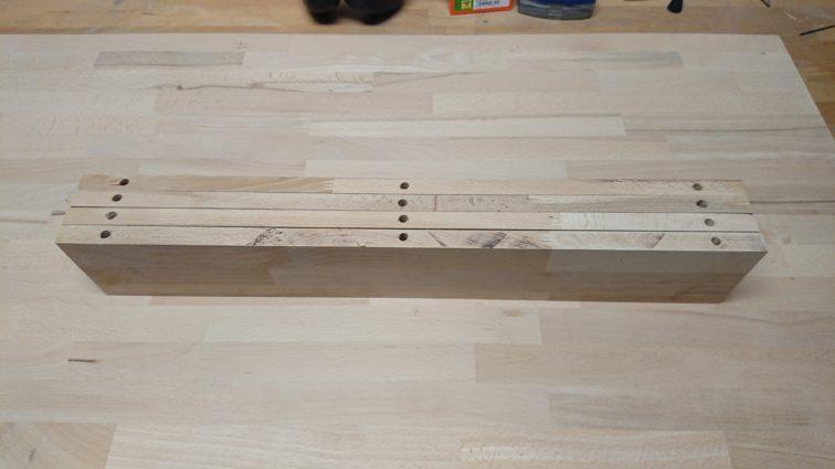 Vorgebohrte Seitenteile der Schreibtischfächer