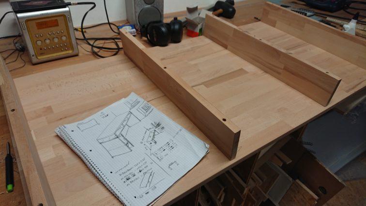 halbfertiger Schreibtischkorpus mit Skizze