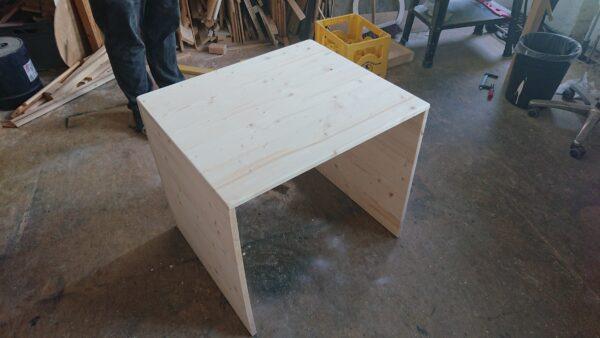 unveredelte Holzkonstruktion von hinten